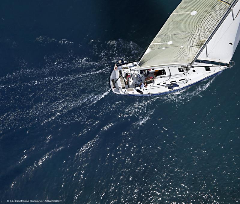 Regata barca a vela fotografata con drone