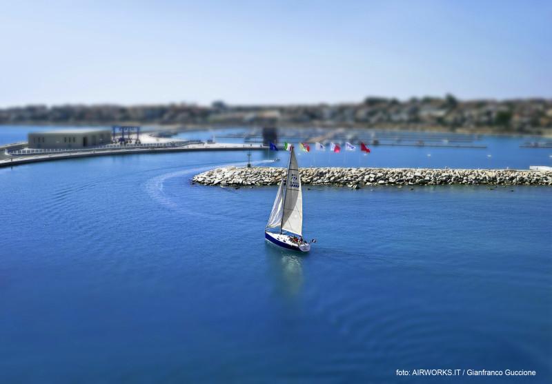 Barca a vela fotografata con drone