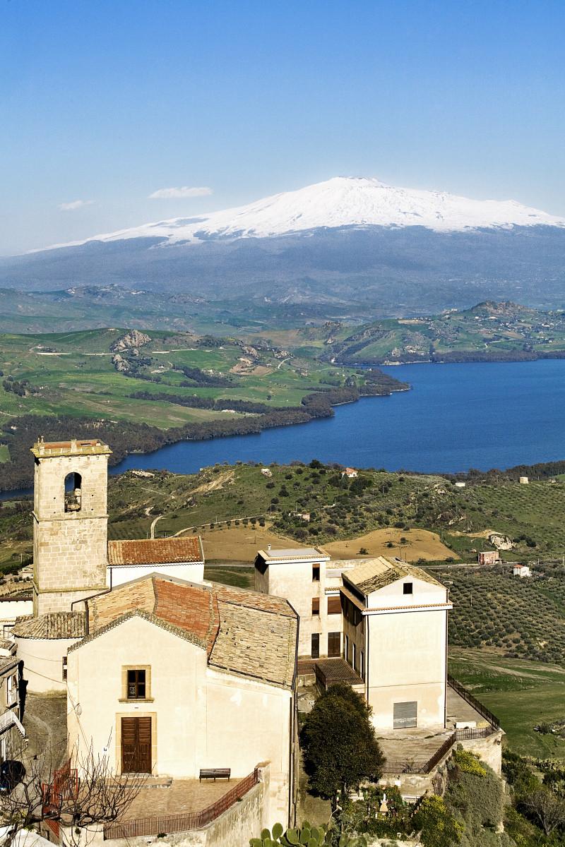 Lago Pozzillo con sfondo Etna – Sicilia
