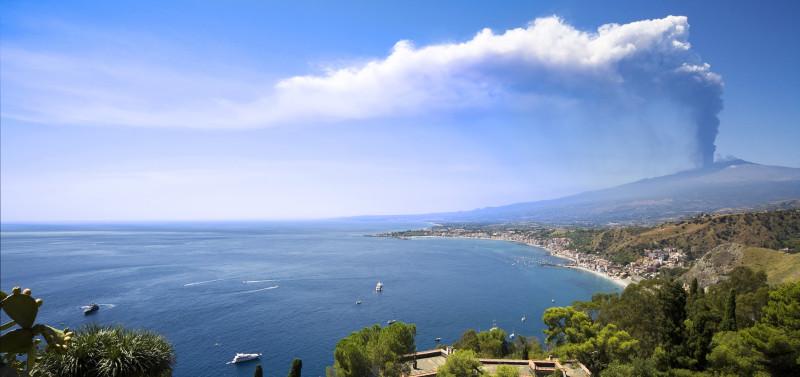 Eruzione vulcano Etna vista da Taormina