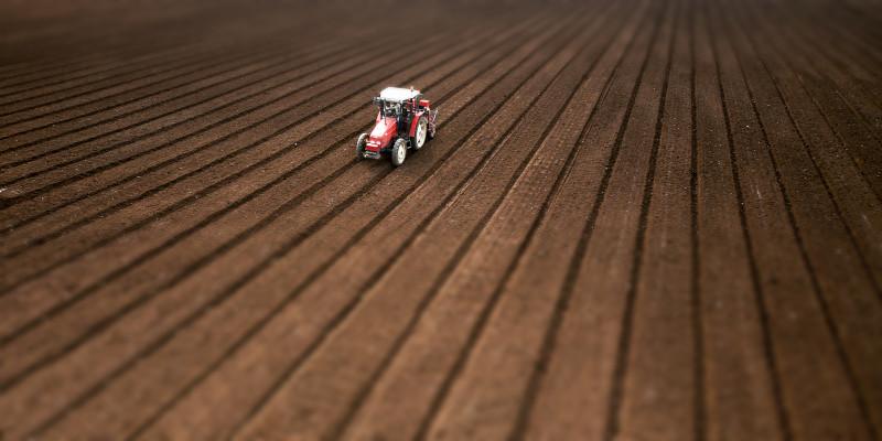 Trattore – lavoro nei campi – fotografato con drone